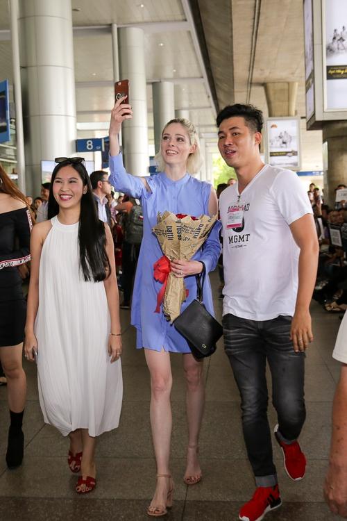 HLV The Face Mỹ - Coco Rocha xuất hiện rạng rỡ, cười thân thiện trong vòng vây fan tại Tân Sơn Nhất - Ảnh 1.