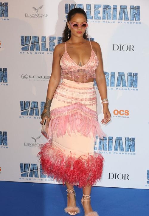 Rihanna đi đâu cũng phô ra hai quả bom nổ chậm, thời trang ngày càng khó hiểu quá đà - Ảnh 5.