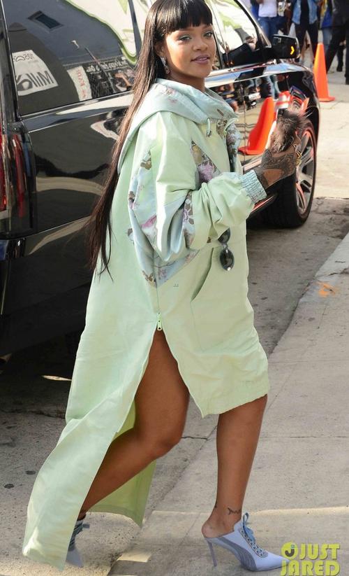 Rihanna đi đâu cũng phô ra hai quả bom nổ chậm, thời trang ngày càng khó hiểu quá đà - Ảnh 12.
