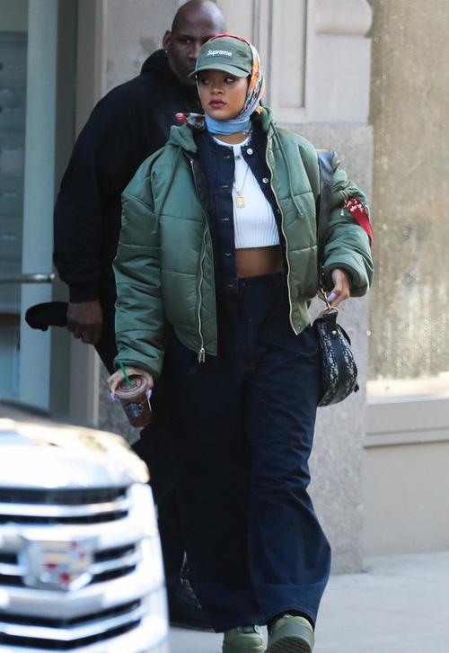 Rihanna đi đâu cũng phô ra hai quả bom nổ chậm, thời trang ngày càng khó hiểu quá đà - Ảnh 10.