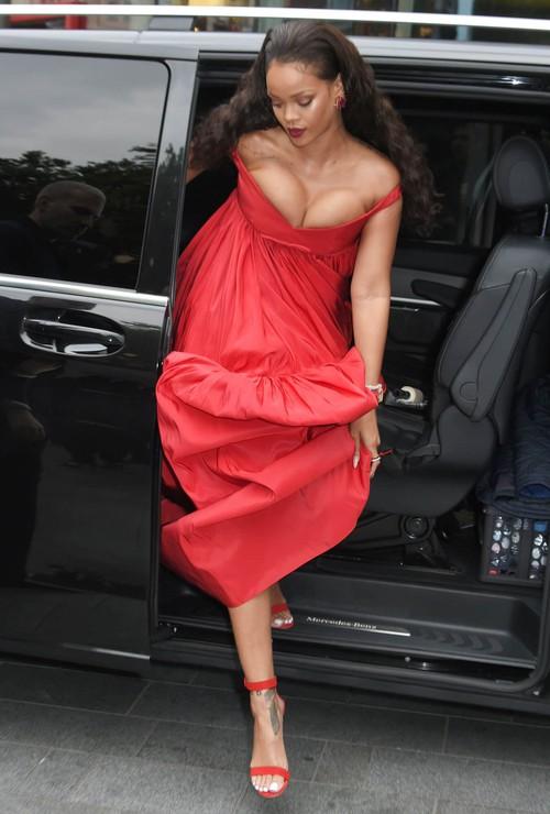 Rihanna đi đâu cũng phô ra hai quả bom nổ chậm, thời trang ngày càng khó hiểu quá đà - Ảnh 2.