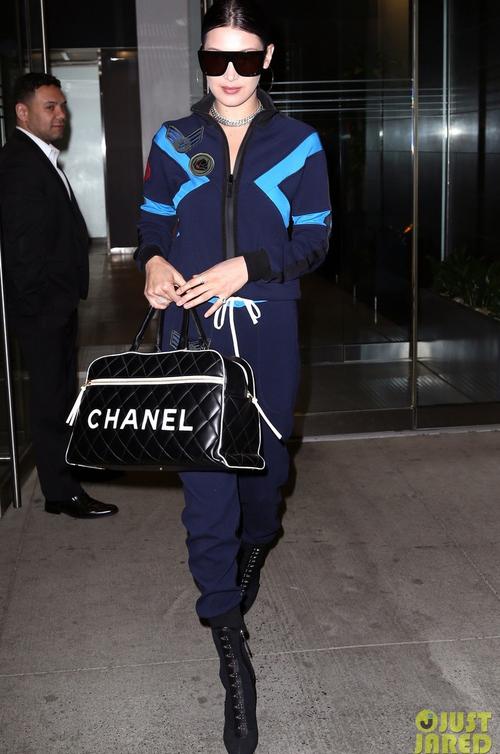 Lan Khuê diễn sâu trên phố Tokyo với áo dài, Selena Gomez tròn trịa vẫn thích mặc hở - Ảnh 19.