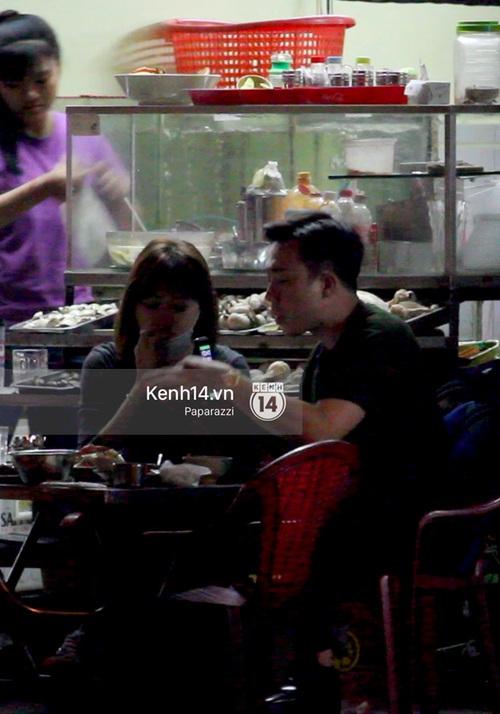 Mặc kệ dân mạng nghi ngờ là MC trong chuyện tình của Đào Bá Lộc, Trấn Thành vẫn hạnh phúc đi ăn đêm cùng Hari Won - Ảnh 9.