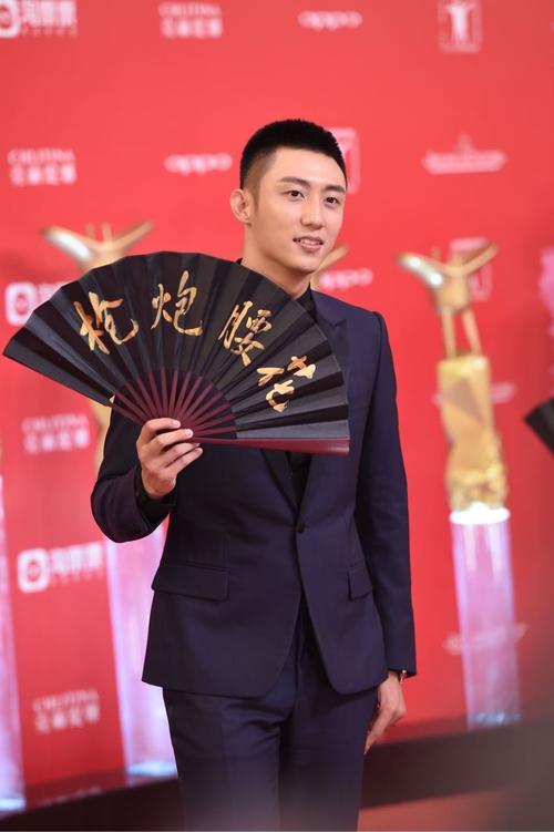 Thảm đỏ LHP Thượng Hải: Hoắc Kiến Hoa nắm chặt tay Châu Tấn, Dương Mịch đọ sắc với Lưu Diệc Phi - Ảnh 13.