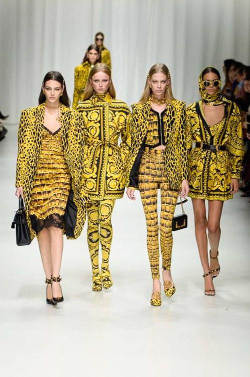 Hội chị em bạn dì siêu mẫu huyền thoại từ thời bố mẹ mình đã quy tụ đầy đủ trên sàn diễn Versace - Ảnh 9.
