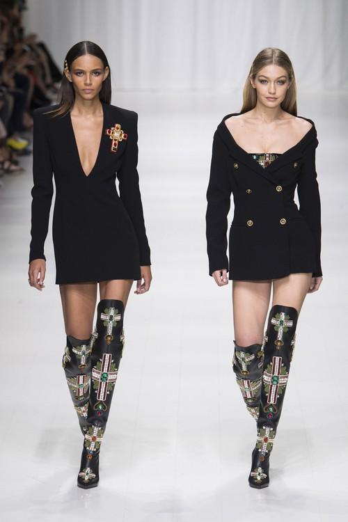 Hội chị em bạn dì siêu mẫu huyền thoại từ thời bố mẹ mình đã quy tụ đầy đủ trên sàn diễn Versace - Ảnh 11.