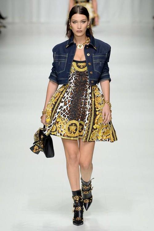 Hội chị em bạn dì siêu mẫu huyền thoại từ thời bố mẹ mình đã quy tụ đầy đủ trên sàn diễn Versace - Ảnh 12.