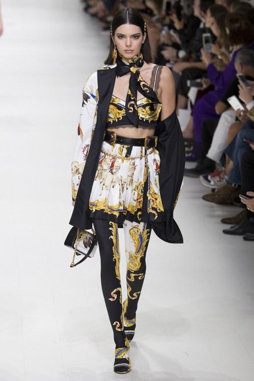 Hội chị em bạn dì siêu mẫu huyền thoại từ thời bố mẹ mình đã quy tụ đầy đủ trên sàn diễn Versace - Ảnh 14.