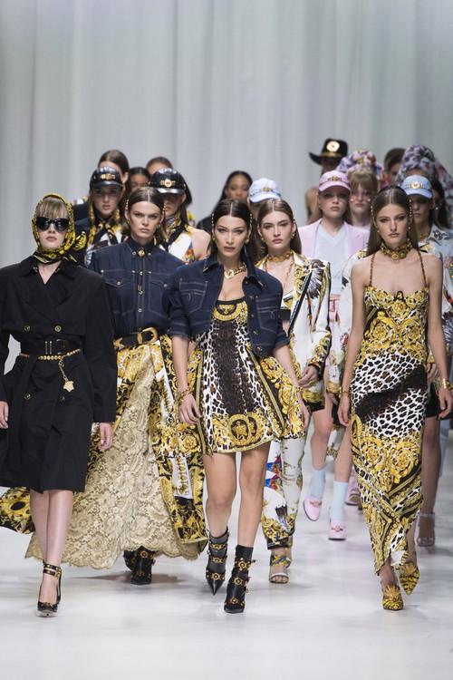 Hội chị em bạn dì siêu mẫu huyền thoại từ thời bố mẹ mình đã quy tụ đầy đủ trên sàn diễn Versace - Ảnh 16.