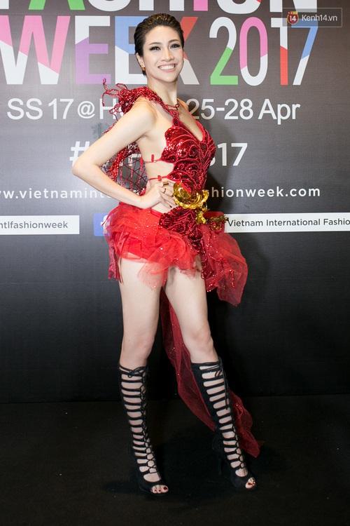 Và đây là 10 tai nạn thời trang khó quên nhất trên thảm đỏ VIFW 2017 vừa qua! - Ảnh 1.