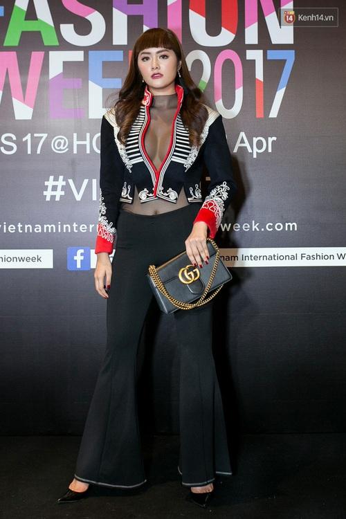 Và đây là 10 tai nạn thời trang khó quên nhất trên thảm đỏ VIFW 2017 vừa qua! - Ảnh 9.