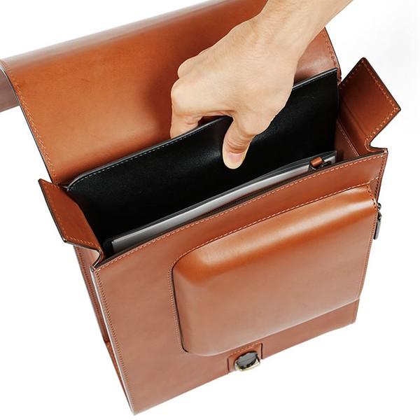 """Balo gồm một ngăn chính và một ngăn phụ, với phần nắp gập hai bên nhằm """"bảo vệ"""" đồ đạc của bạn khi đi dưới mưa."""