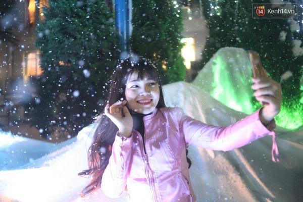 Người Hà Nội háo hức với màn tuyết rơi ở Công viên nước Hồ Tây - Ảnh 5.