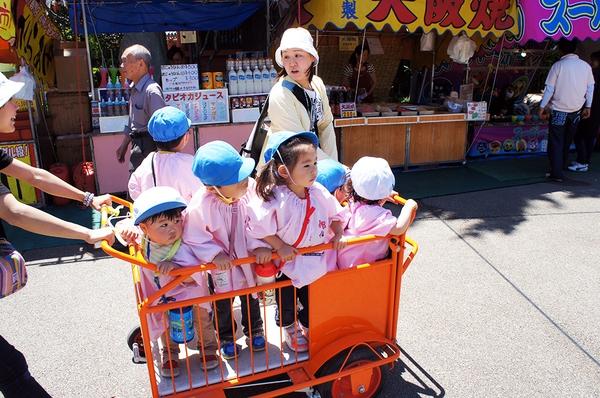 Không thể cưỡng lại trước những hình ảnh quá đáng yêu trên đường phố Nhật Bản - Ảnh 1.