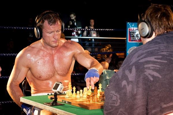 Mệt bở hơi tai cùng môn đấm bốc cờ vua - Ảnh 3.