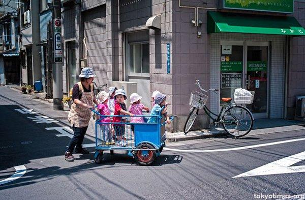 Không thể cưỡng lại trước những hình ảnh quá đáng yêu trên đường phố Nhật Bản - Ảnh 8.