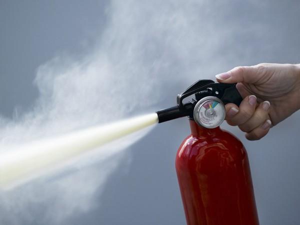 Nguy cơ bình cứu hỏa nổ trong xe - có hay không dưới góc nhìn khoa học? - Ảnh 2.