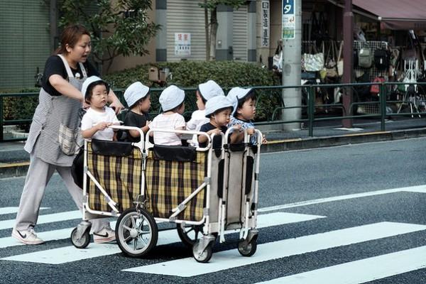 Không thể cưỡng lại trước những hình ảnh quá đáng yêu trên đường phố Nhật Bản - Ảnh 2.