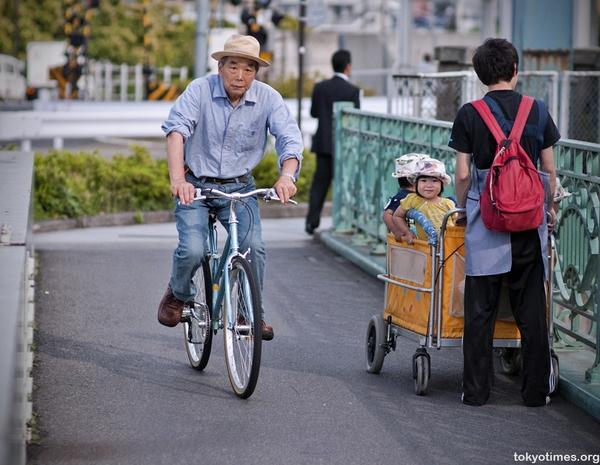 Không thể cưỡng lại trước những hình ảnh quá đáng yêu trên đường phố Nhật Bản - Ảnh 9.