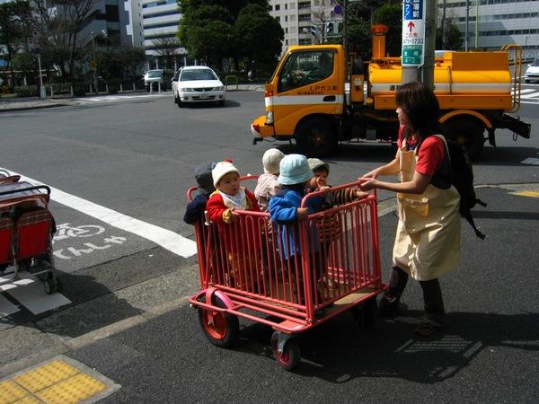 Không thể cưỡng lại trước những hình ảnh quá đáng yêu trên đường phố Nhật Bản - Ảnh 3.