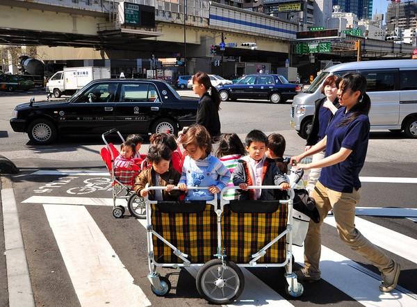 Không thể cưỡng lại trước những hình ảnh quá đáng yêu trên đường phố Nhật Bản - Ảnh 4.