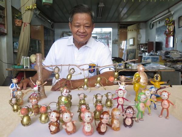 Nghệ nhân làm gần 40 chú khỉ bằng vỏ trứng để chúc Tết - Ảnh 1.