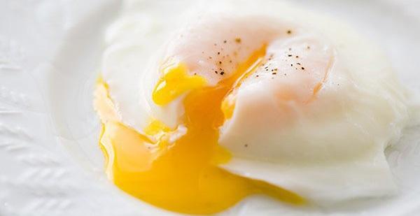 Ăn trứng chần ngon thật là ngon với mẹo từ rây lọc