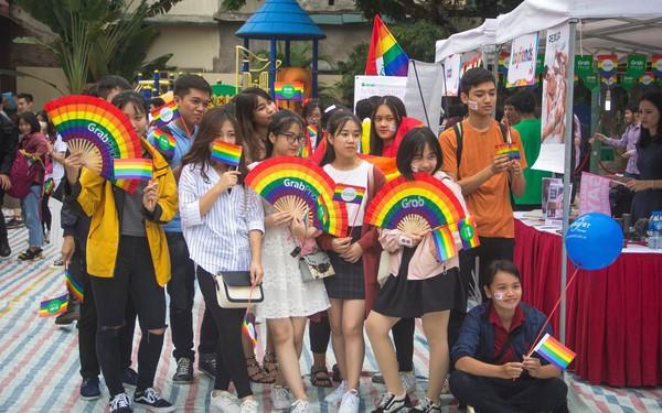 7 năm cho hành trình tự hào: Cộng đồng LGBT+ tưng bừng xuống đường cùng cờ lục sắc trong sự kiện Hanoi Pride 2018