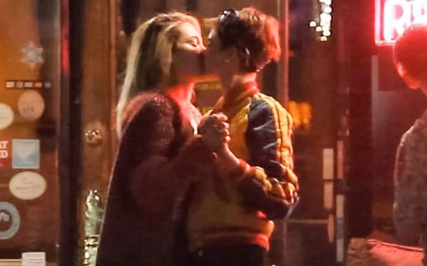 Con gái Michael Jackson xác nhận hẹn hò đồng giới với Cara Delevingne bằng nụ hôn môi đắm đuối