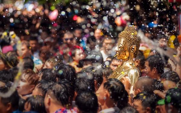 Lễ hội té nước Songkran: Đừng giữ mình khô ráo nếu muốn hưởng hạnh phúc!