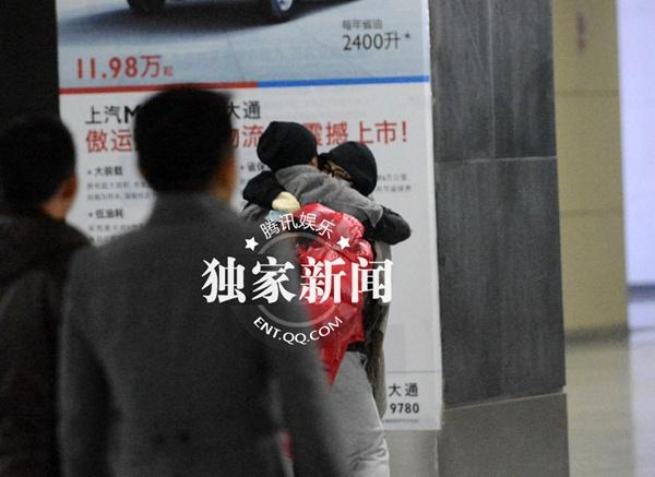 Dương Mịch và Lưu Khải Uy ôm nhau giữa nhà ga 3