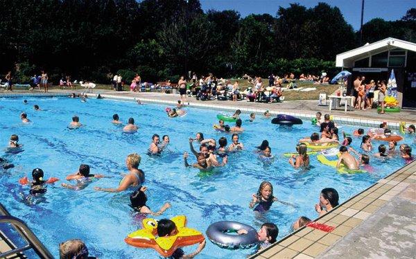 Kết quả hình ảnh cho Nước tiểu và clo trong hồ bơi có gây hại cho sức khỏe của bạn?