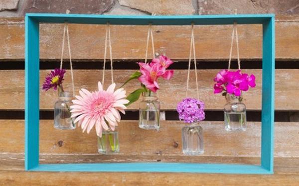Ý tưởng trang trí vườn: khung cắm hoa gỗ