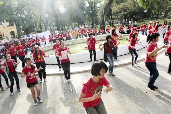 Teen Sài Gòn mặc áo dài nhảy flashmob đón Jae Joong 7