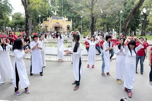 Teen Sài Gòn mặc áo dài nhảy flashmob đón Jae Joong 11