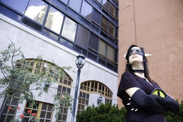 """Nữ siêu nhân """"áo đen, mặt nạ đỏ"""" gây xôn xao New York 2"""