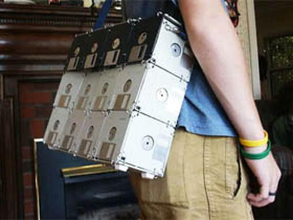 Túi xách từ đĩa mềm cá tính cho bạn trai