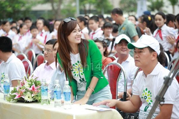 Hot girl Midu tham gia lễ hội trồng cây cùng Amser 7