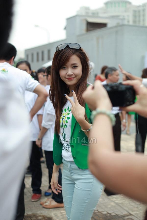 Hot girl Midu tham gia lễ hội trồng cây cùng Amser 12