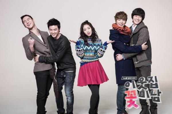 Bàn tay lạ nghịch cạp váy của Park Shin Hye 2