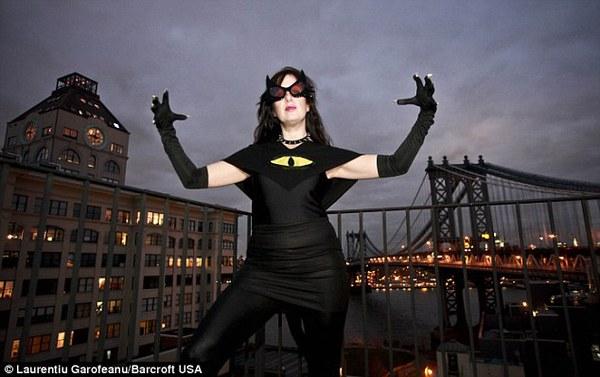 """Nữ siêu nhân """"áo đen, mặt nạ đỏ"""" gây xôn xao New York 1"""