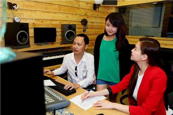 Đào Bá Lộc, Thái Trinh hát mừng Giáng sinh cùng team Hà Hồ 4