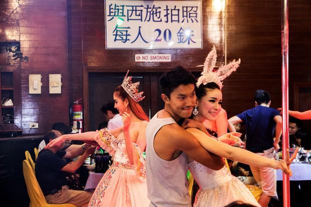 Chỉ cần chưa tới 15.000 đồng là có thể thỏa thuê sờ mó các người đẹp chuyển giới Thái Lan - Ảnh 1.