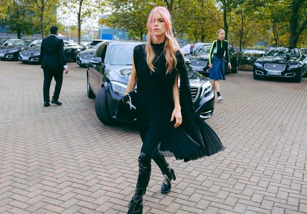 Fashionista thế giới náo loạn vì tóc nhuộm neon cùng mái siêu ngắn chẳng giống ai - Ảnh 1.