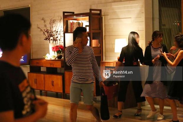 Kết thúc tiệc cưới, Trấn Thành lái xe đưa Hari Won đi ăn đêm - Ảnh 1.