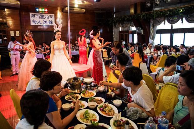 Chỉ cần chưa tới 15.000 đồng là có thể thỏa thuê sờ mó các người đẹp chuyển giới Thái Lan - Ảnh 8.