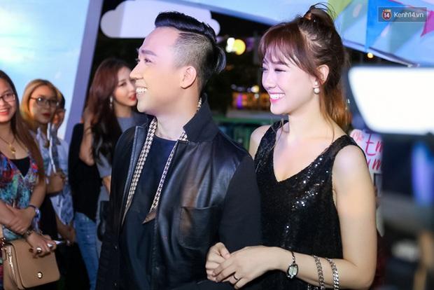 Sau sự kiện, Trấn Thành - Hari Won đi ăn đêm ở quán lề đường cùng bạn đến nửa đêm - Ảnh 1.