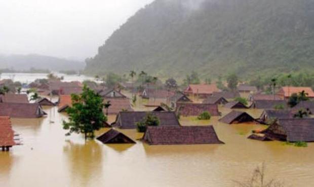 Chùm ảnh: Những hình ảnh nhói lòng về mưa lũ kinh hoàng ở miền Trung - Ảnh 1.