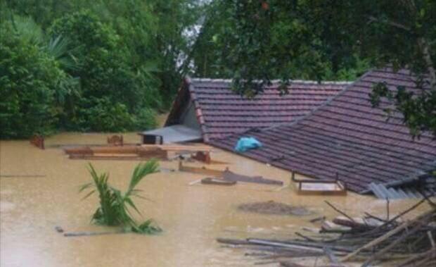 Chùm ảnh: Những hình ảnh nhói lòng về mưa lũ kinh hoàng ở miền Trung - Ảnh 2.