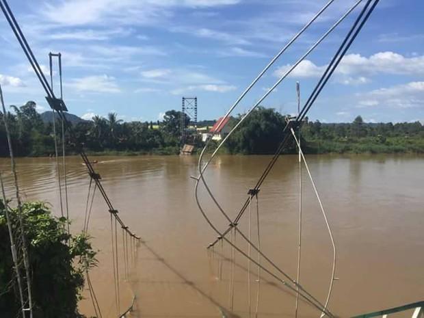 Sập cầu treo ở Đồng Nai, nhiều người rơi xuống sông - Ảnh 1.